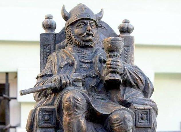Kowary: Herszt zbójów przed kowarskim ratuszem