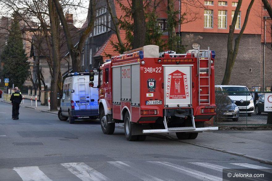 Jelenia Góra: Przynieśli pocisk pod komisariat policji