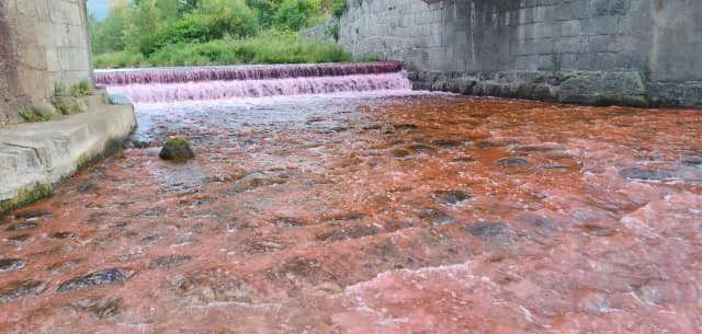 Miłków: Czerwona rzeka w Miłkowie