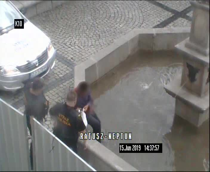 Jelenia Góra: Fontanny to nie basen!