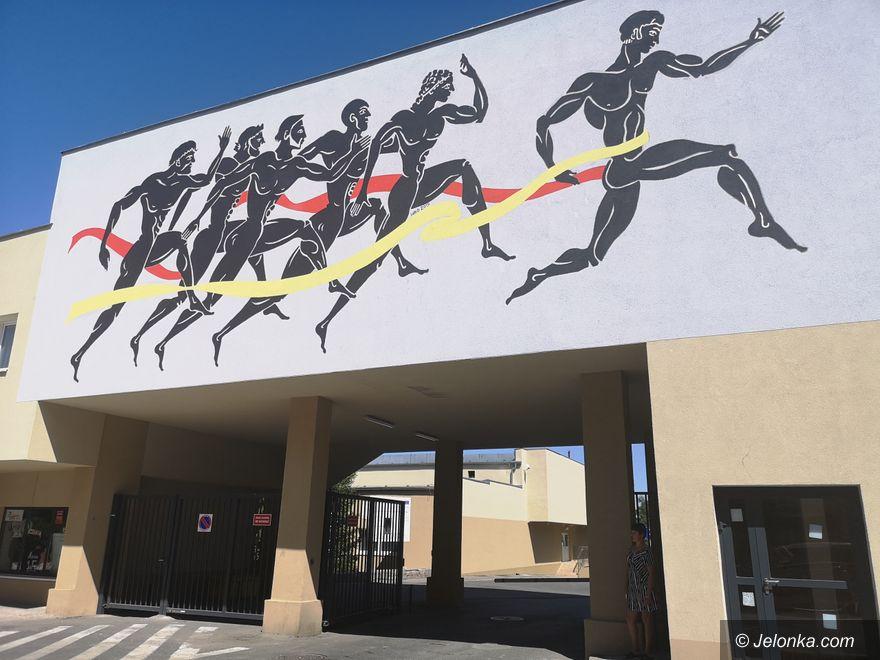 Jelenia Góra: Mural przed stadionem