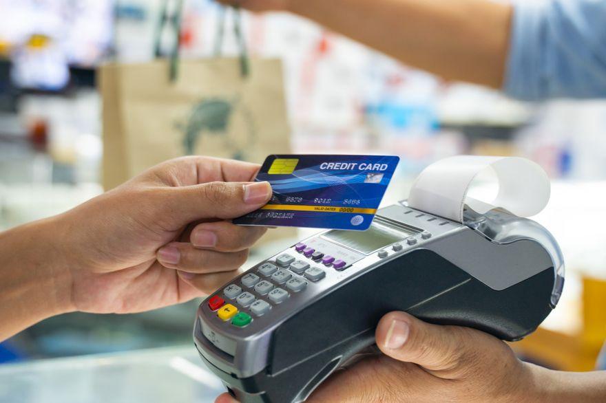 Polska: Kredyt czy karta kredytowa. Co się bardziej opłaca?