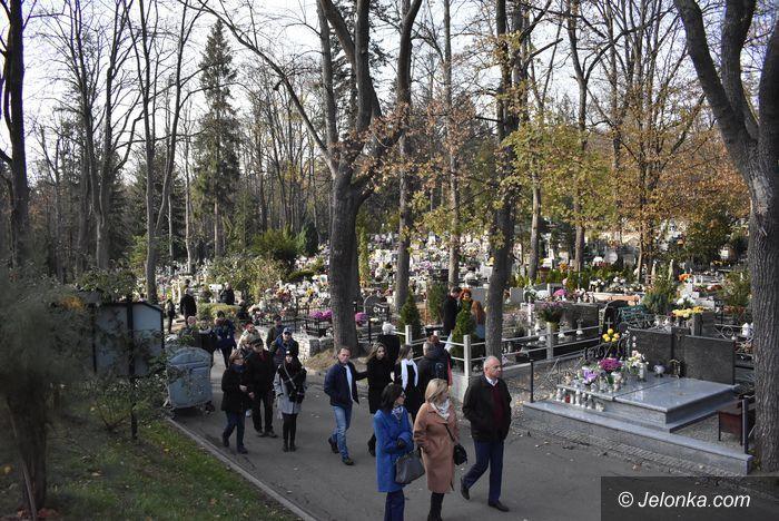 Jelenia Góra: Tłumy na cmentarzach