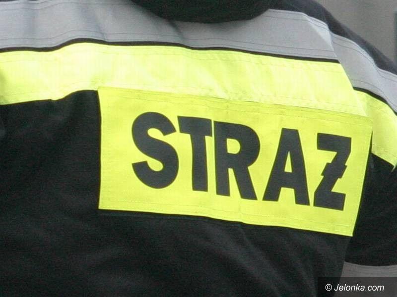 Jelenia Góra: Strażacy uwalniali pasażerów busa