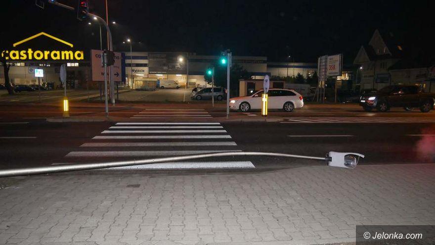 Jelenia Góra: Wjechał autem w latarnię