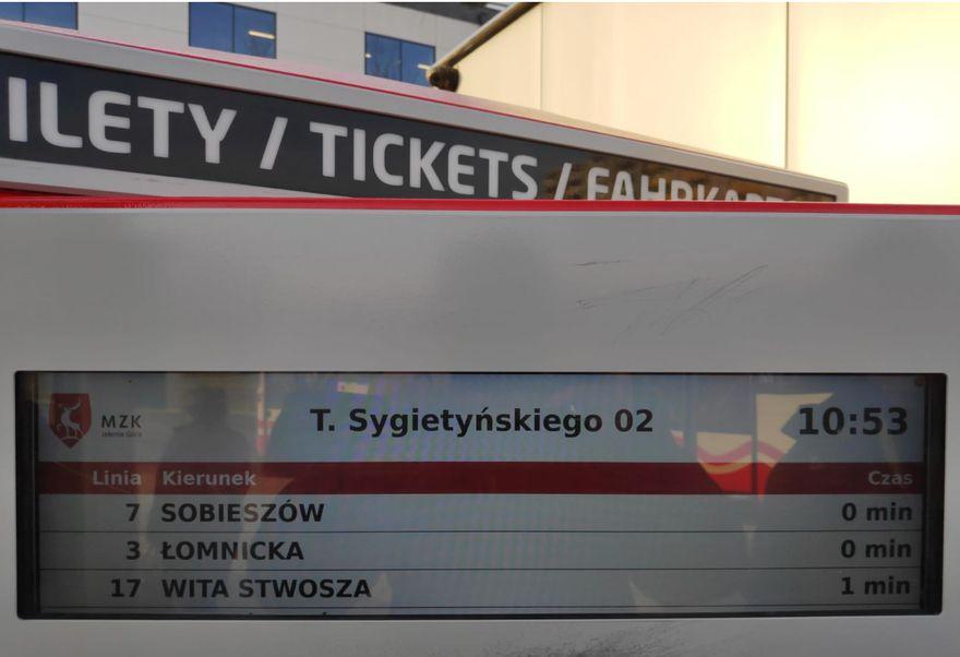 Jelenia Góra: MZK testuje informację pasażerską w… automacie do sprzedaży biletów