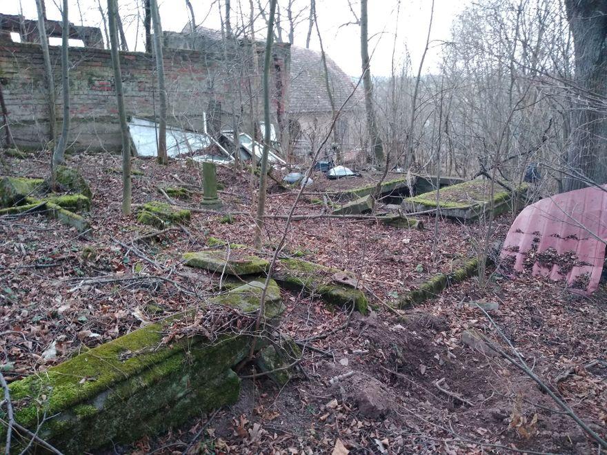 Płóczki Górne: Cmentarz widmo