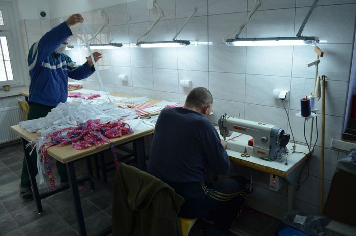 Jelenia Góra: Osadzeni szyją maski
