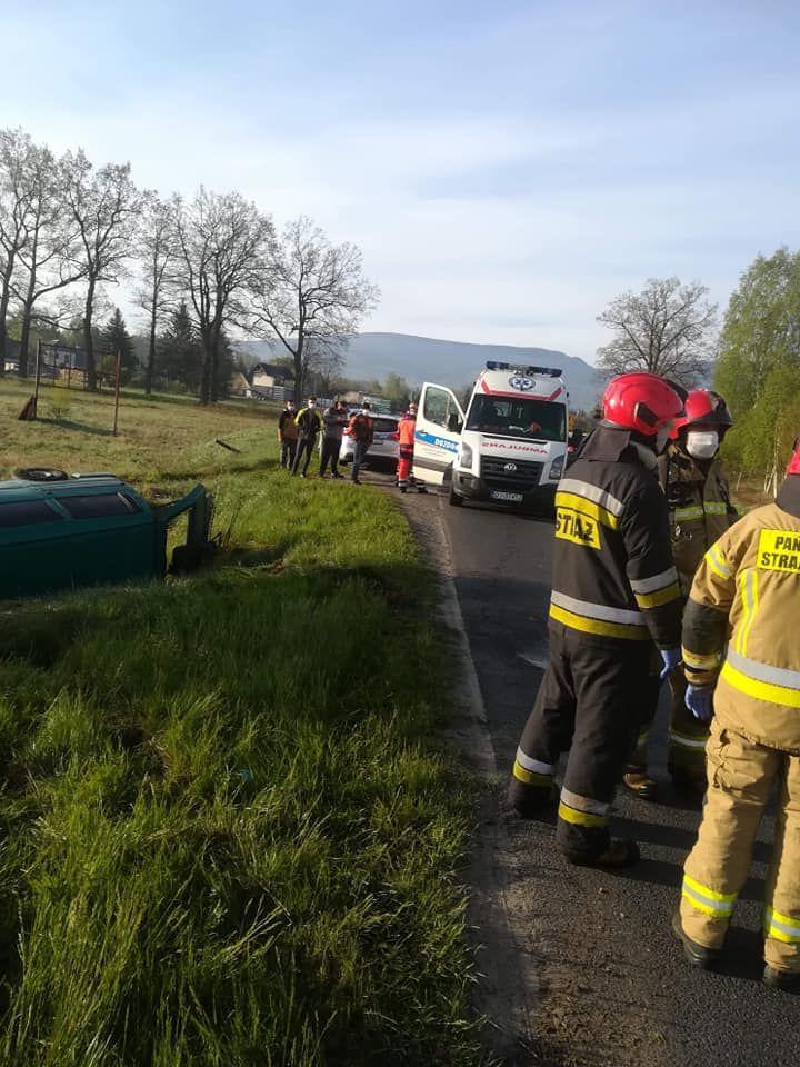 Mysłakowice: Bus wpadł do rowu