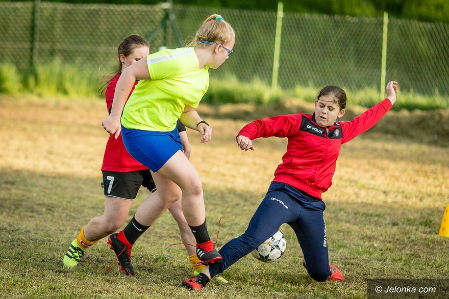 Jelenia Góra: Dziewczyny trenują na Zabobrzu