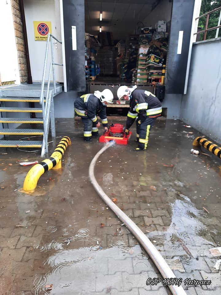 Powiat: Po ulewach podtopienia – interweniowali strażacy