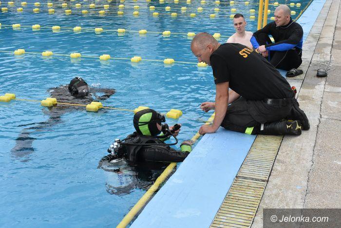 Jelenia Góra: Strażacy–nurkowie na basenie przy Sudeckiej