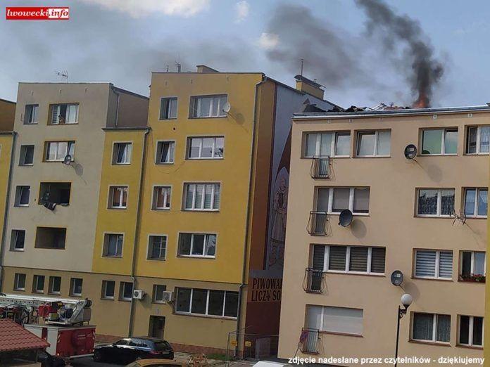 Lwówek Śląski: Palił się dach bloku