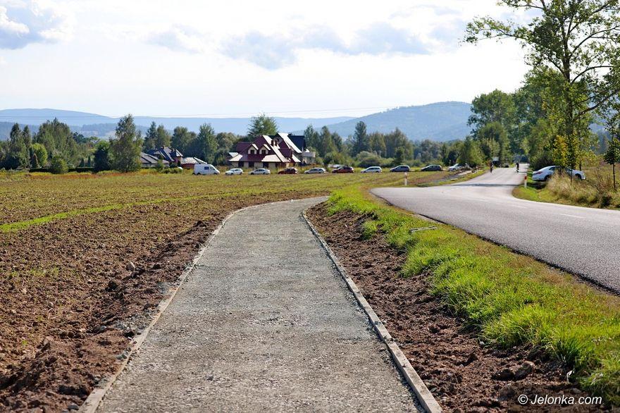 Jelenia Góra: Budują chodnik do TCTA