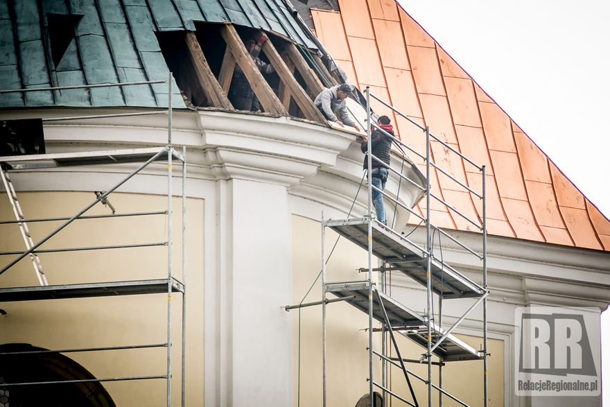Krzeszów: Odnawiają kościelny dach