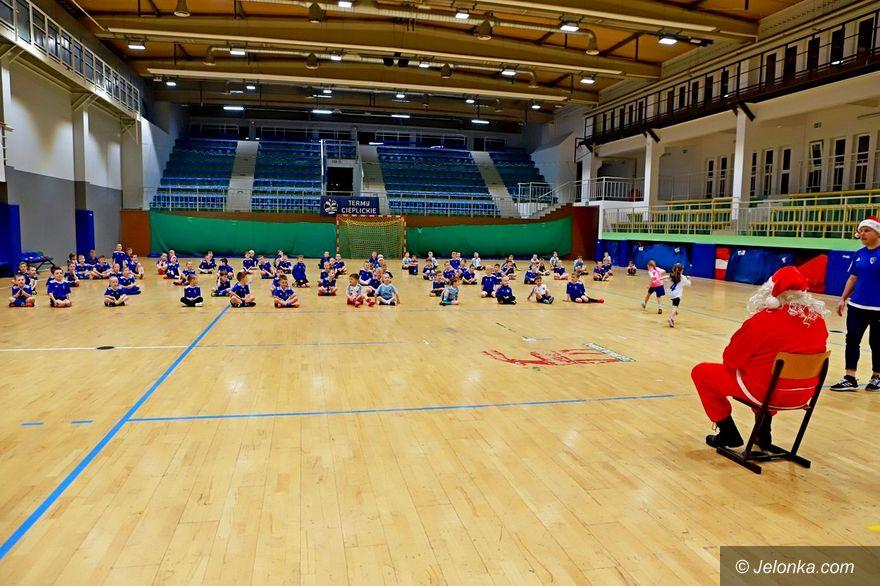 Jelenia Góra: Piłkarskie przedszkole Karkonoszy odwiedził św. Mikołaj