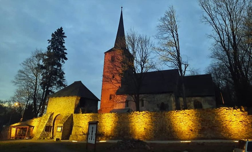 Świerzawa: Kościół oświetlony
