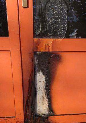 Jelenia Góra: Wandal podpalił drzwi
