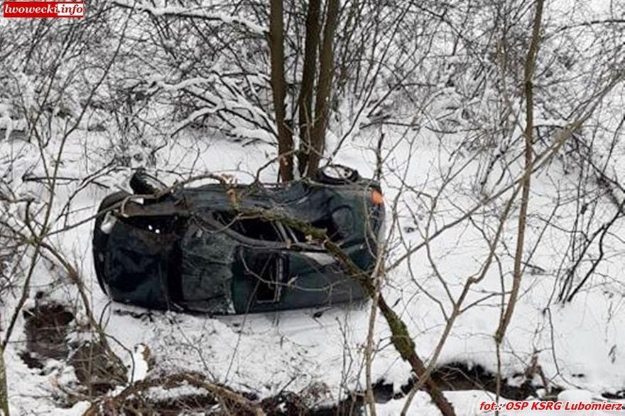 Lubomierz, Radoniów: Auto spadło ze skarpy