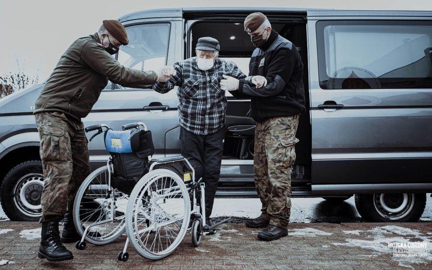 Region: Terytorialsi pomagają seniorom zaszczepić się