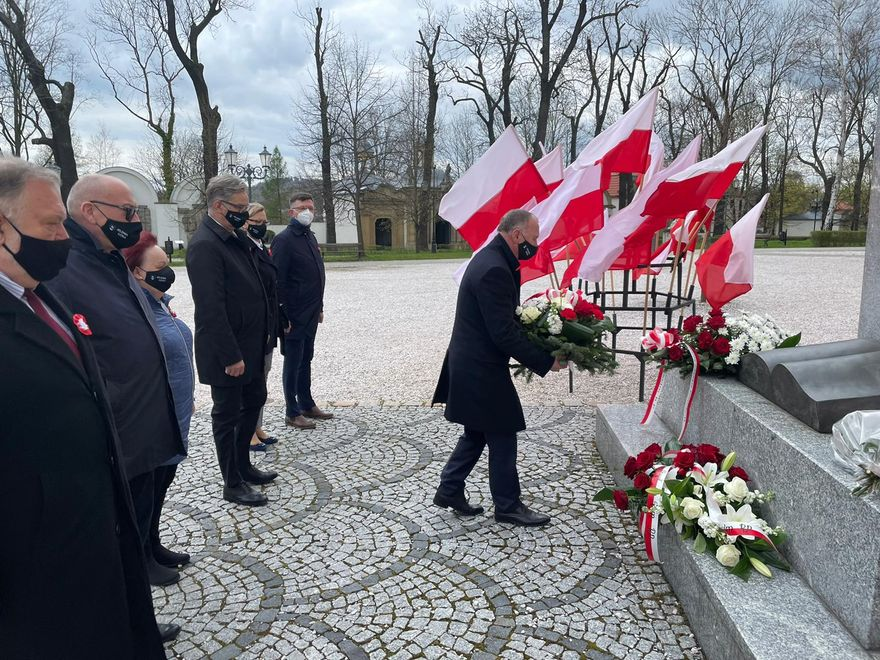 Jelenia Góra: Złożyli kwiaty przy pomniku