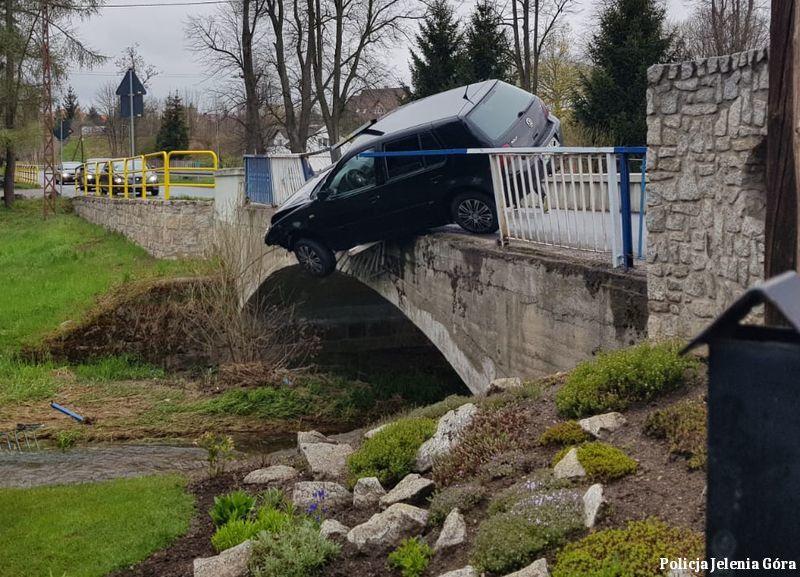 Łomnica: Auto zawisło nad rzeką (aktualizacja)