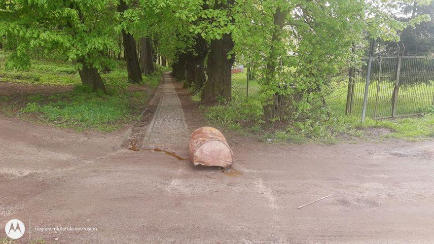 Jelenia Góra: Porzucona beczka przy ul. Jagiełły