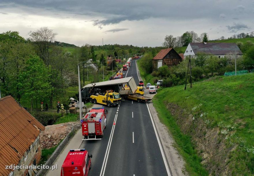 Kaczorów: Ciężarówka w rowie na DK3