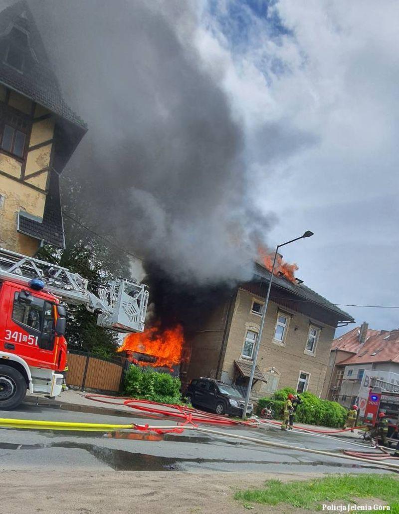 Jelenia Góra: Policjanci zauważyli ogień i podjęli akcję ratunkową