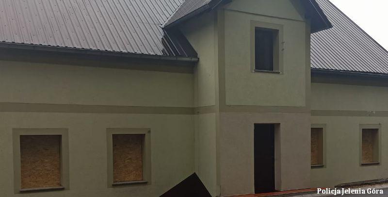 Powiat: Wandal wybił okna na plebanii – był pijany