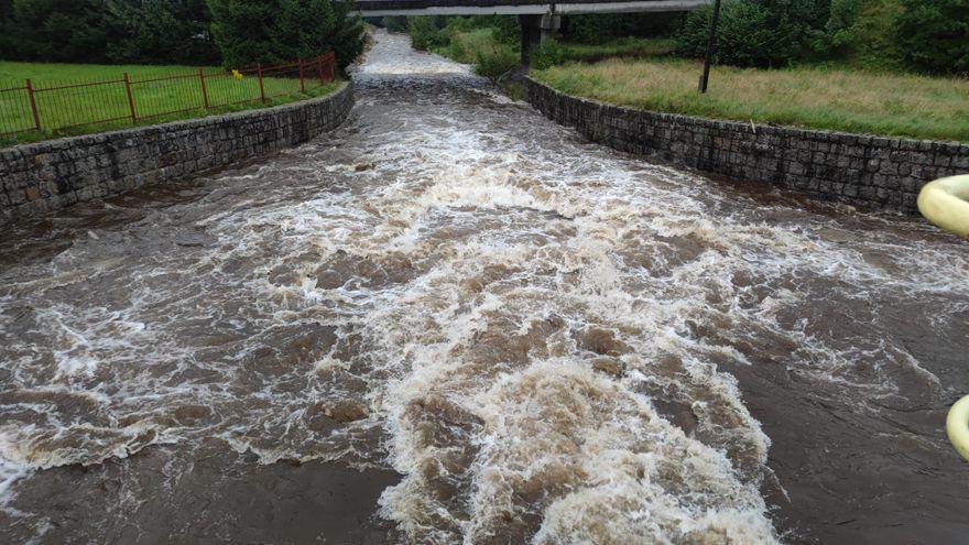 Powiat: Wezbrały wody Łomnicy