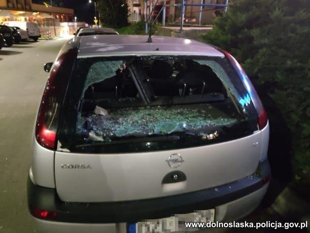 Złotoryja: Rzucał naczyniami w auta