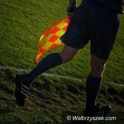 Wałbrzych: Sędzia, który został odepchnięty przez piłkarza, przerwał mecz