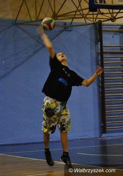 Wałbrzych: Gimnazjaliści grają w siatkówkę