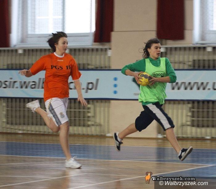 Wałbrzych: Gimnazjalistki grały w piłkę ręczną