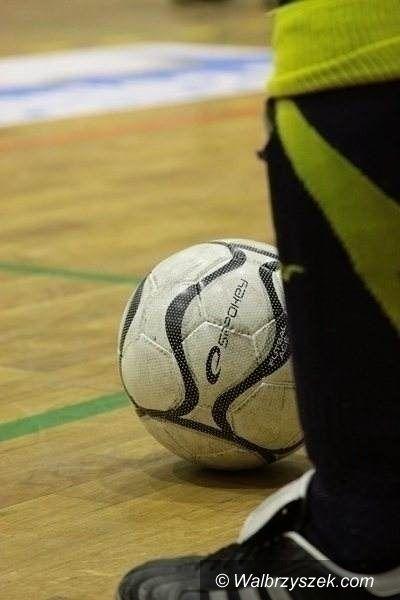 Wałbrzych: Gimnazjaliści w piłkę kopią