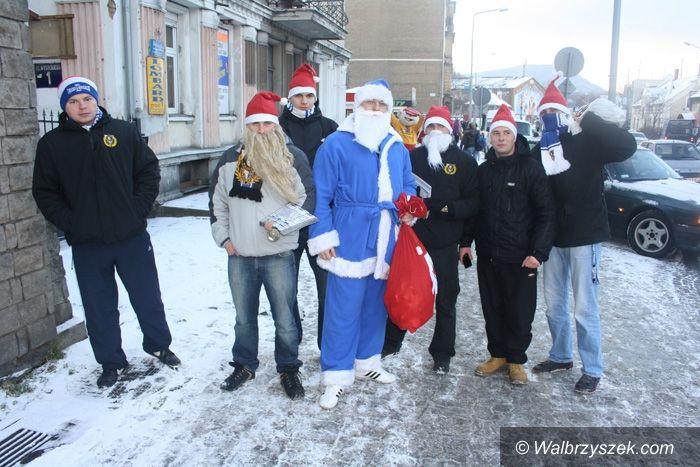 Wałbrzych: Biało–niebieski Mikołaj rozdawał prezenty