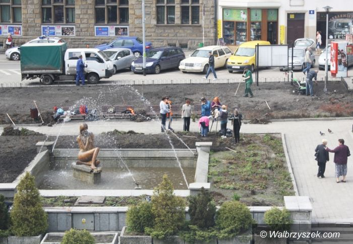 Wałbrzych: Lecą dachówki z Ratusza