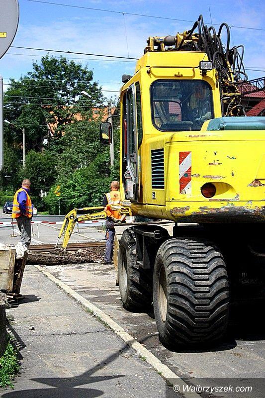 Wałbrzych: Trwają prace przy remoncie przejazdu kolejowego