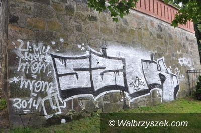Wałbrzych: Namalował graffiti na budynku Ratusza i teraz grozi mu więzienie