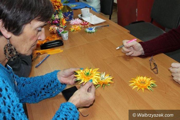 Walim: W Walimiu robili kwiaty ze wstążeczek satynowych