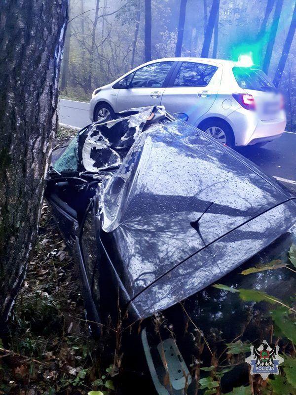 Wałbrzych/REGION: Nietrzeźwy i bez uprawnień do kierowania pojazdami uderzył samochodem osobowym w drzewo