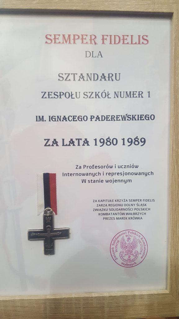 Wałbrzych: Odznaczenie sztandaru szkoły Krzyżem Semper Fidelis