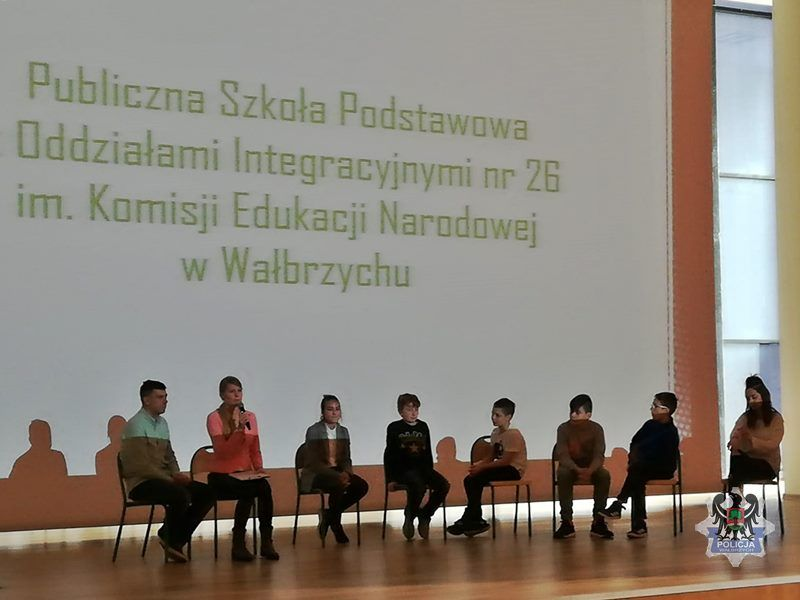 Wałbrzych: Konferencja dotycząca zdrowia psychicznego dzieci, młodzieży i dorosłych z udziałem wałbrzyskich policjantów