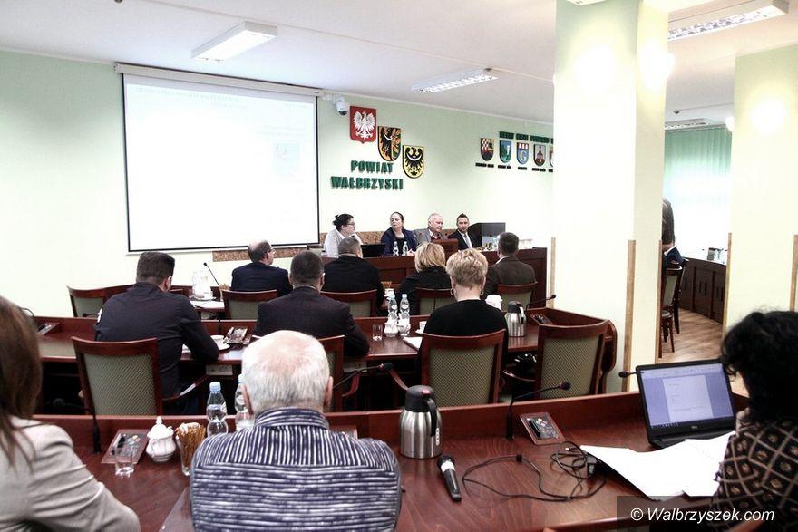 powiat wałbrzyski: Kwestia współpracy z gminami zdominowała powiatową sesję