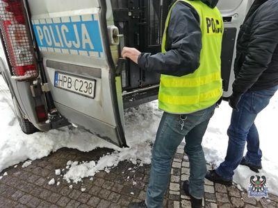REGION, Boguszów-Gorce: Kompletnie pijany wjechał w zaparkowany samochód