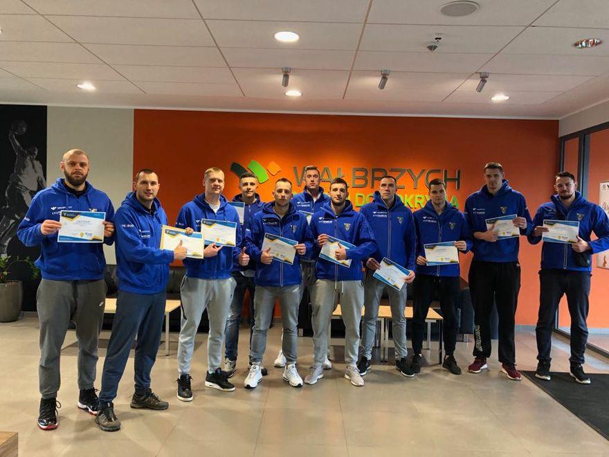 Wałbrzych: Koszykarze Górnika wspierają swoich kolegów piłkarzy