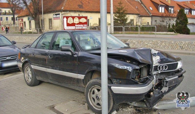 """Wałbrzych: """"Skosiła"""" uliczną latarnię"""