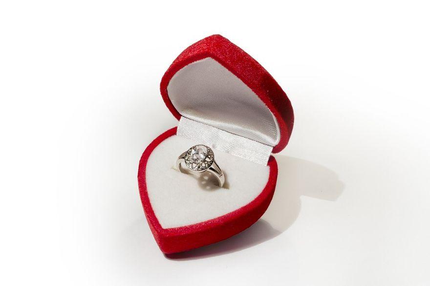 Kraj: Pierścionek zaręczynowy: pamiątka najpiękniejszych chwil. Zobacz, jak go wybrać!