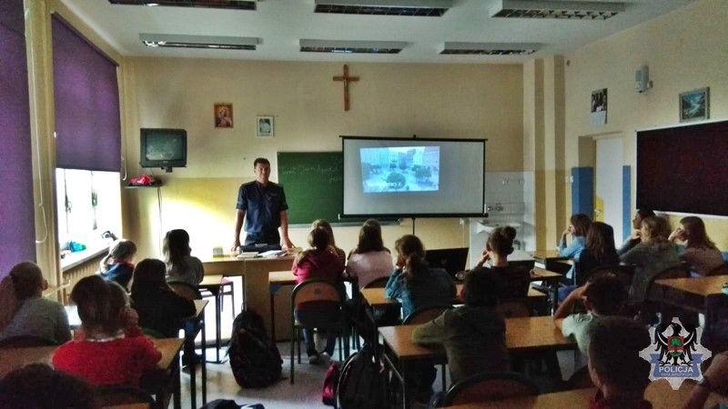 Wałbrzych: Policjant rozmawiał z uczniami m.in. o bezpieczeństwie w sieci